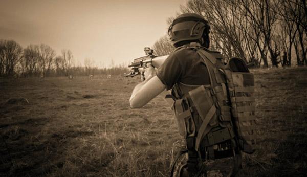 Die taktische Weste wird benötigt um Magazine, Pistolen und Ausrüstung mitzuführen. Das Bild zeigt einen Spieler mit taktischer Weste.